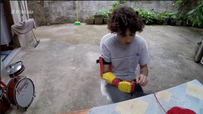 Menino ganha braço mecânico feito em impressora 3D Pr  tese Pepi 400x226